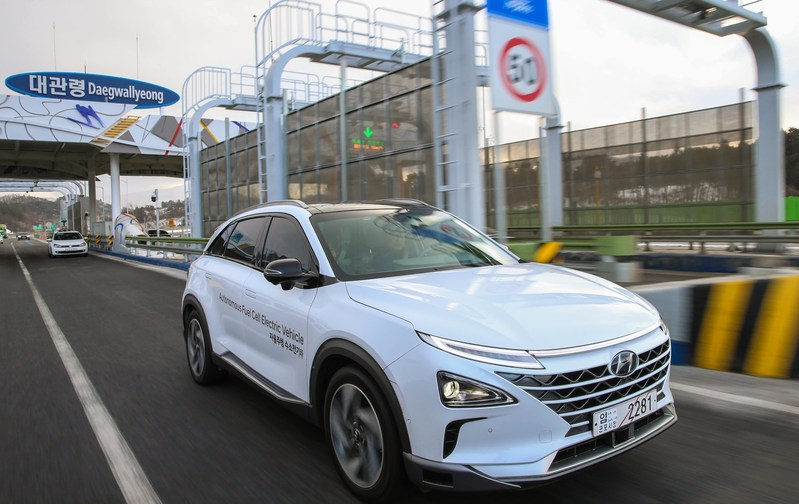Hyundai Showcases World 39 S First Self Driven Fuel Cell