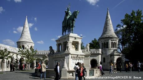 Ungarn Budapest Statue vom König Hl. Stephan vor der Fischerbastei (picture-alliance/imageBROKER/M. Breuer)