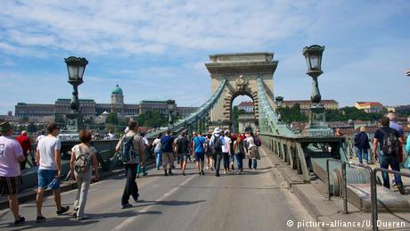 Ungarn Kettenbruecke in Budapest (picture-alliance/U. Dueren)