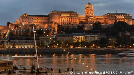 Ungarn Ausblick von Pest auf Buda mit Burgpalast (picture-alliance/imageBROKER/D. Renckhoff)